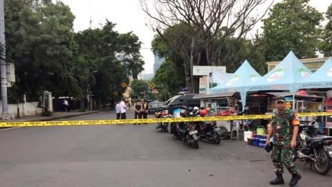 Garis polisi terpasang di depan Masjid Sunda Kelapa, Jakarta Pusat, usai ditemukannya tas mencurigakan,