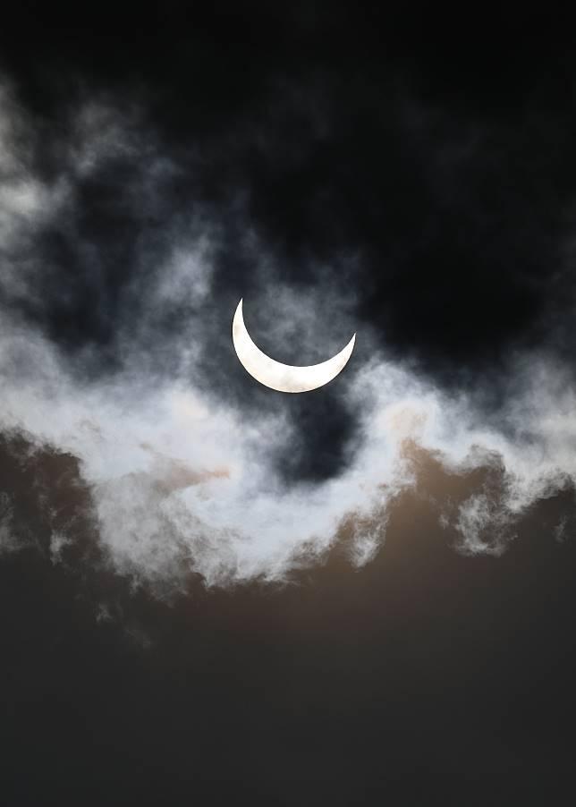 hasil menggunakan kamera untuk mengambil gambar gerhana matahari cincin