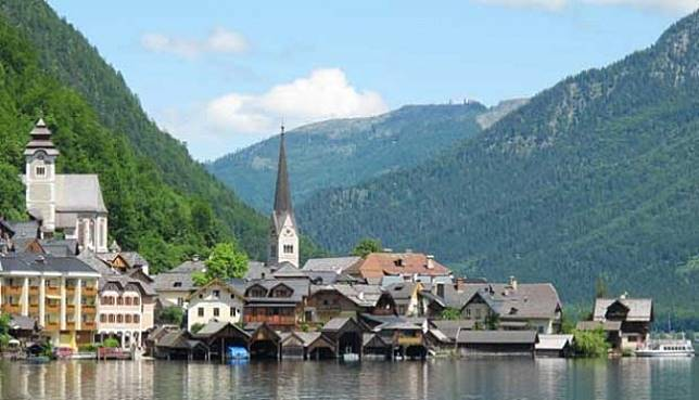 Karena film Frozen, Hallstatt sebuah desa di Austria kini menjadi populer dan dikunjungi wisatawan. Namun overtourism membuat penduduk berharap turis berkurang.