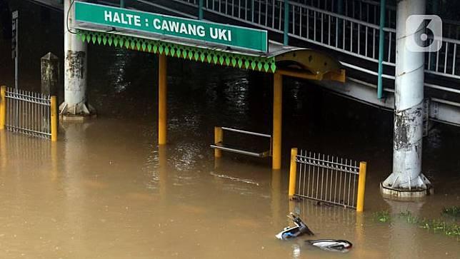 Sebuah motor tergeletak di Halte Transjakarta Cawang Soetoyo yang tergenang banjir, Jakarta, Rabu (1/1/2020).