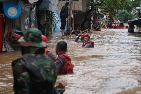 Petugas mengevakuasi warga yang terjebak banjir di Cipinang Melayu, jakarta Timur, Rabu (1/1).